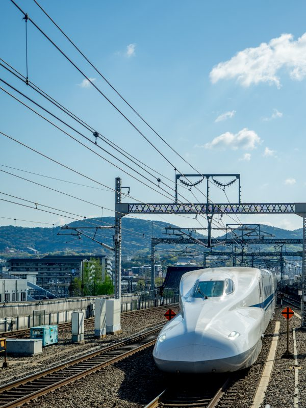 Front_of_the_Shinkansen_28217907218-600x800